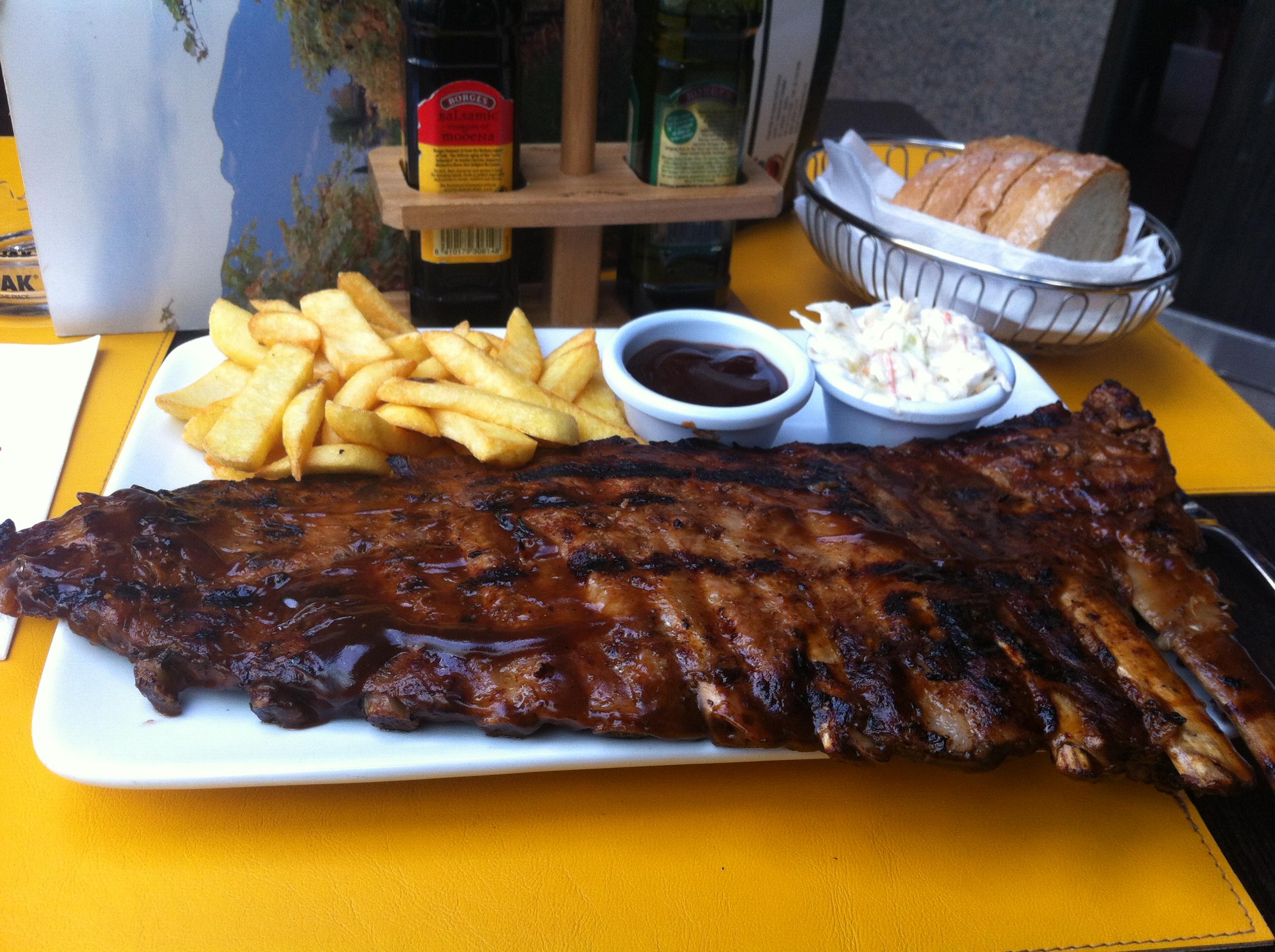 Пример блюда в ресторане - свиные ребрышки