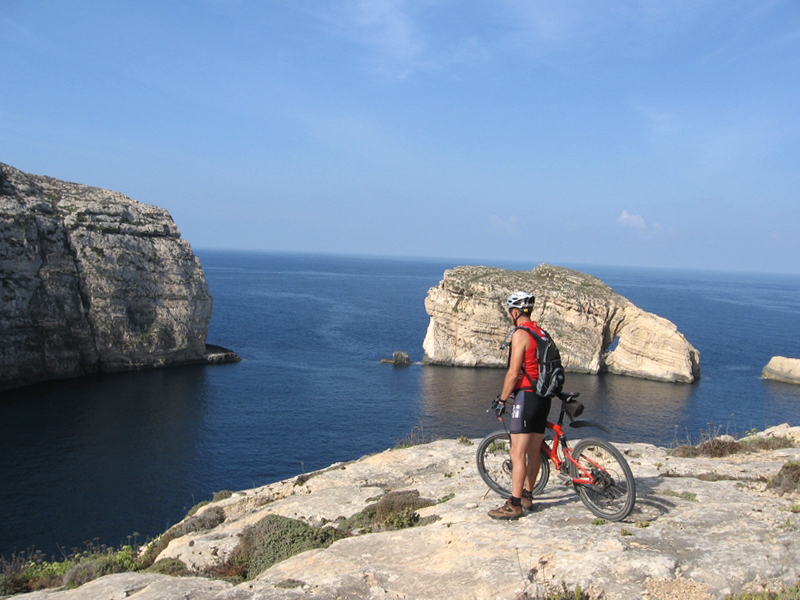 На Мальте можно взять в аренду велосипед и с ветерком прокатиться по острову